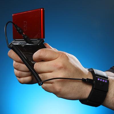 Extrabatteri i armbandet laddar din telefon