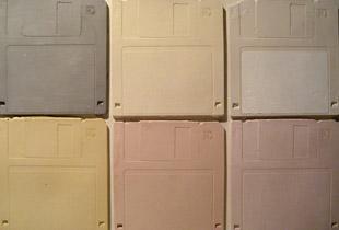 Kakelplattor med utseendet av disketter